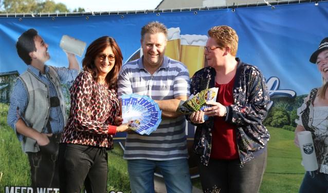 Brigitte Brok (l.), mede-organisator van het Oktoberfest William van Dinther en Helma van de Ven (r.).   | Fotonummer: 0a2d60