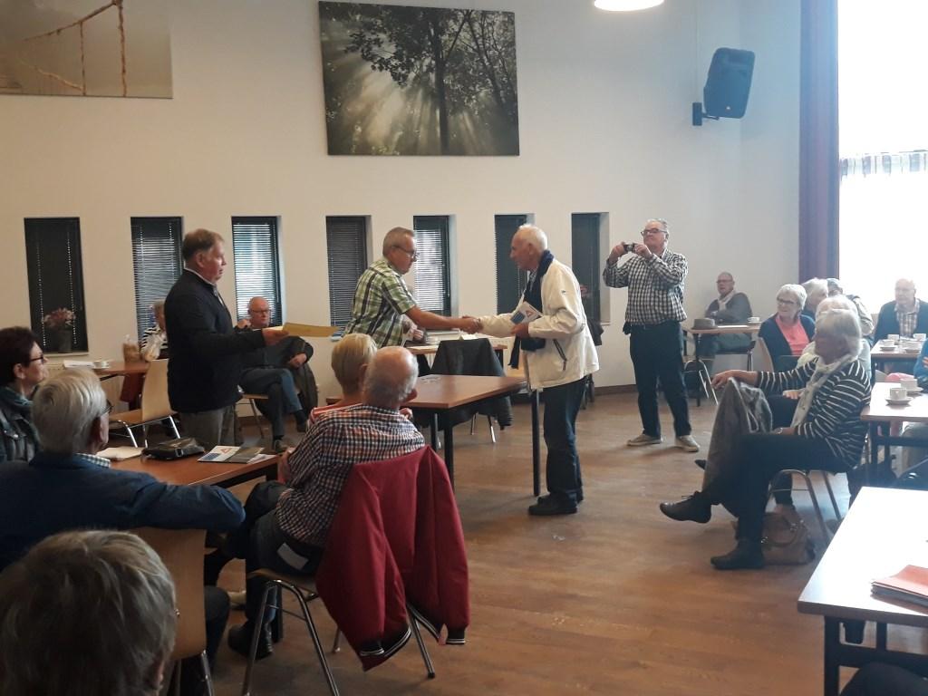 Wethouder van Verkeer, Herman van Wanrooij reikt de certificaten uit. Foto: Bas Voets © MooiBoxtel