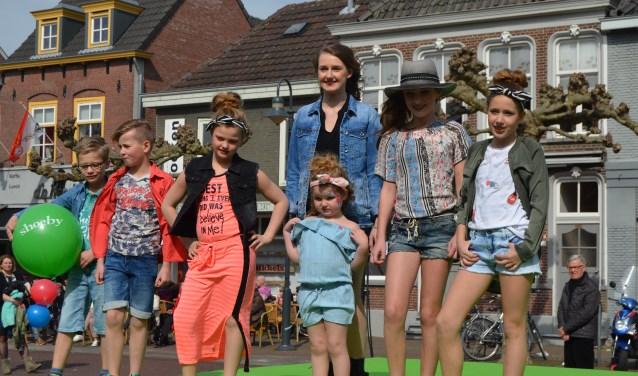 Professioneel toonden deze jonge modellen de voorjaarscollectie tijdens de vorige Modezondag. (Foto: Jan van der Steen)   | Fotonummer: d98cb9