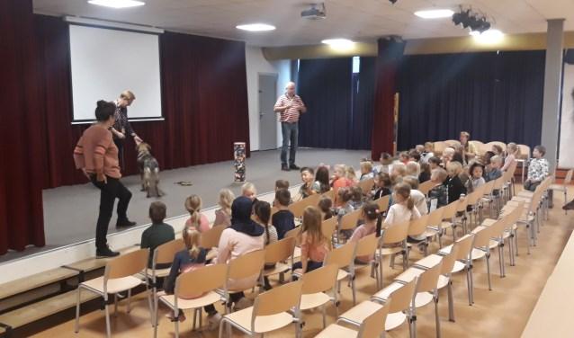 De leerlingen luisteren aandachtig naar het verhaal van familie Van Hummel.   | Fotonummer: b09446