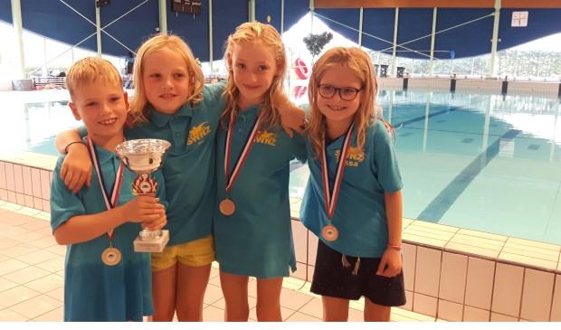 De vier jongste zwemmers met de beker voor de tweede plaats van SWNZ: Stef van Os, Ila van Os, Maud Leijten en Tessa Groenendaal   | Fotonummer: 9fd4c9
