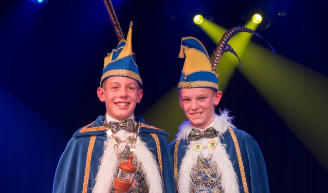 Prins Cas d'n Urste (l.) zwaait samen met Jeugdadjudant Tim van Roosmalen de (jeugd)scepter over Ploegersland.    Fotonummer: 40067d
