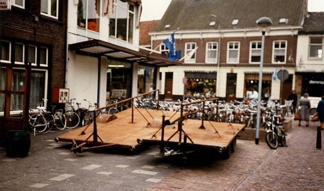 Het muurtje om de fietsenstalling in de Rozemarijnstraat van de jaren 80 blijkt de oplossing van het funderingsmysterie te zijn. (Foto: Heemkunde Boxtel)   | Fotonummer: 91b472