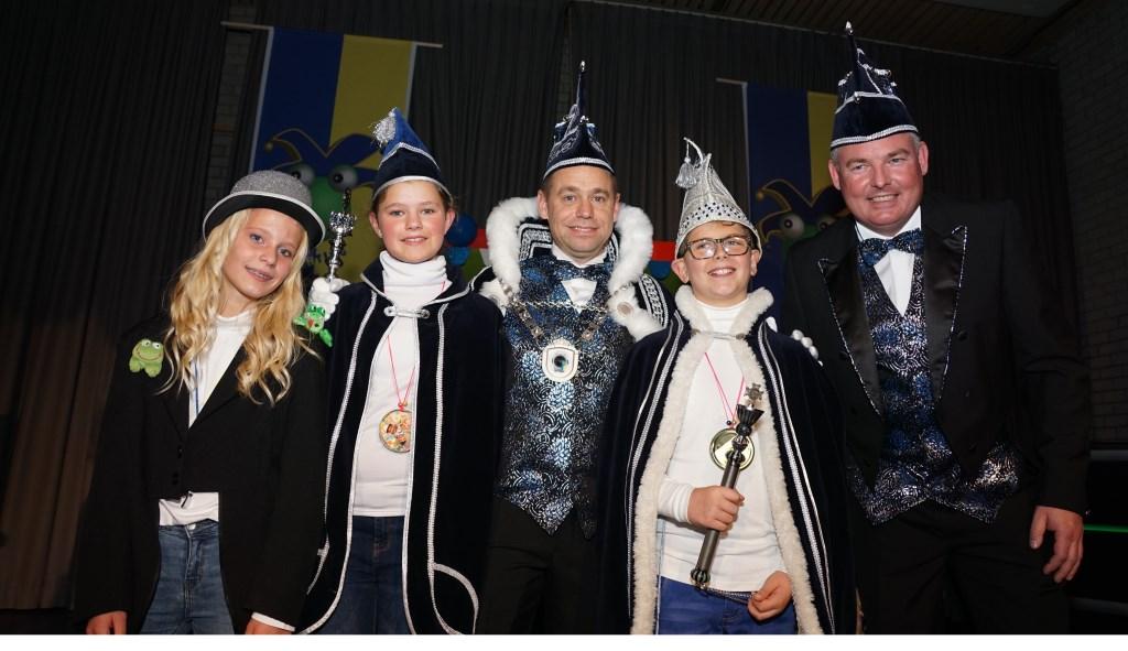 Van links naar rechts ceremoniemeester Suze Spooren, adjudant Jindy van der Donk, Prins Thomas Den Urste, jeugdprins Giel den Urste, Adjudant Jurgen.   | Fotonummer: c3b3b8