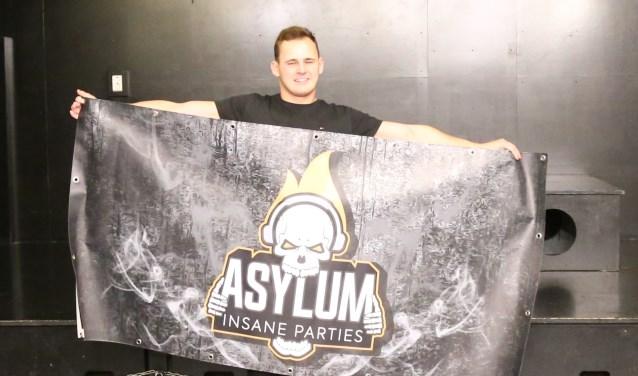 Luke van den Bosch toont de banner van 'zijn' feest in B-Town.  | Fotonummer: c0b5eb