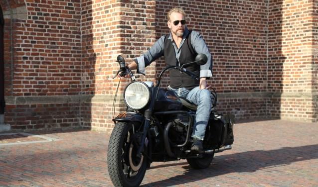 Paul Weekers, auteur van Paul haalt Verhaal, op zijn geliefde Moto Guzzi (Foto: Sander van Kasteren)   | Fotonummer: de773a