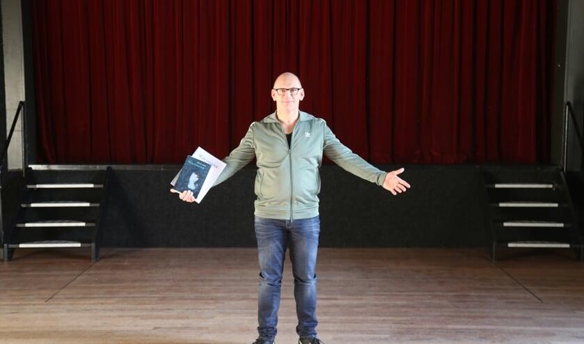 Eric van Overbeek op zijn toneelplek voor de komende tijd, Gemeenschapshuis De Rots.   | Fotonummer: 50ab6d