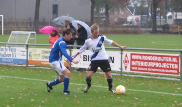 SCG-speler Roy Groenendaal (wit shirt) in duel met een speer van Nieuwkuijk.  | Fotonummer: d2d2b5