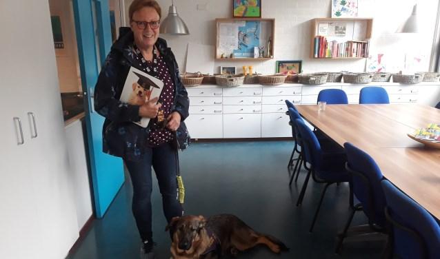Marja van Hummel en een pup in opleiding.   | Fotonummer: fc8b71