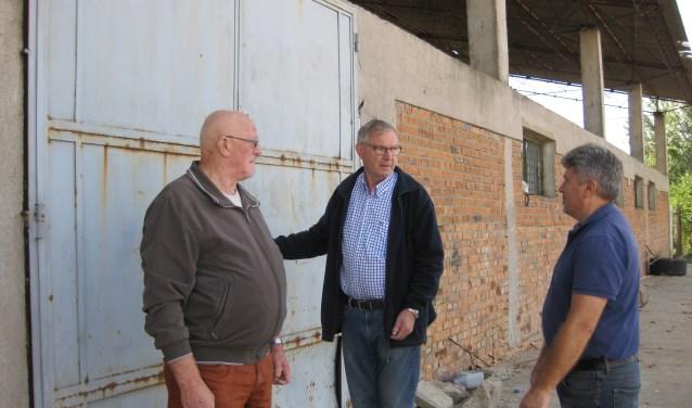 Bestuurders Stichting Vrienden van Salonta Jan Maas (l.) en Wim de Winter (m.) in gesprek met Marion Zaha, de contactpersoon in Salonta. (Foto: Stichting Vrienden van Salonta)   | Fotonummer: abd7d1