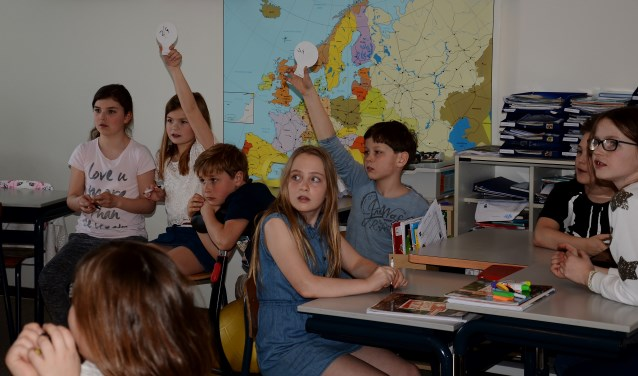 Ook vorig jaar kregen de kinderen les van Knoops in het kader van 'Bank voor de Klas'. (Foto: Cock Stam)  | Fotonummer: ab874f