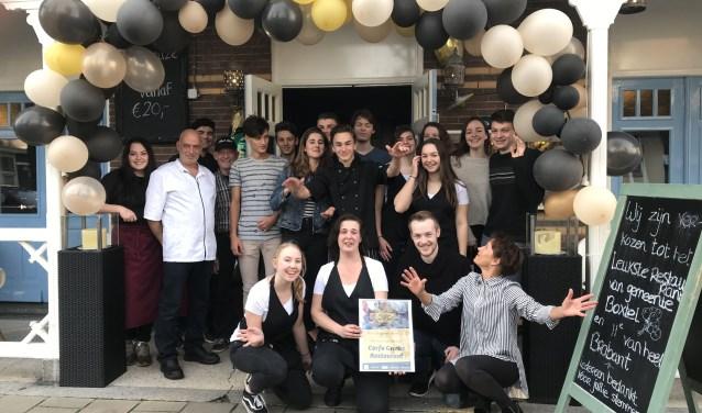 De medewerkers van Corfu, met eigenaar Peter Devetzis als tweede van links, met de onlangs ontvangen titel. (Foto: Grieks Restaurant Corfu)  | Fotonummer: 73f23f