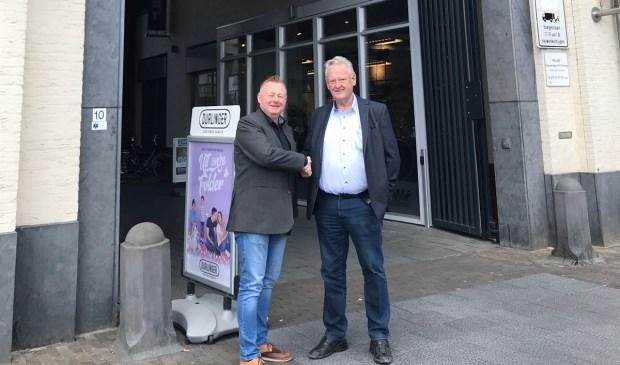 Wethouder Eric van den Broek (l.) en Tonny Wagenaars schudden elkaar tevreden de hand.  | Fotonummer: 5a76b1