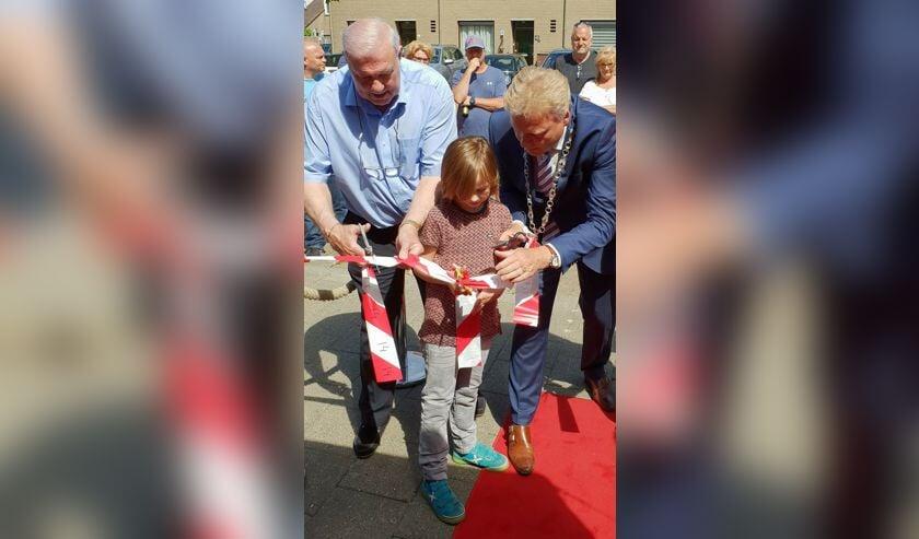 Heinz 'kroket' Stuy (l.), kleinzoon Dave en burgemeester Mark Buijs verrichten de openingshandeling. (Foto: Rien van Doleweerd)     Fotonummer: 665369