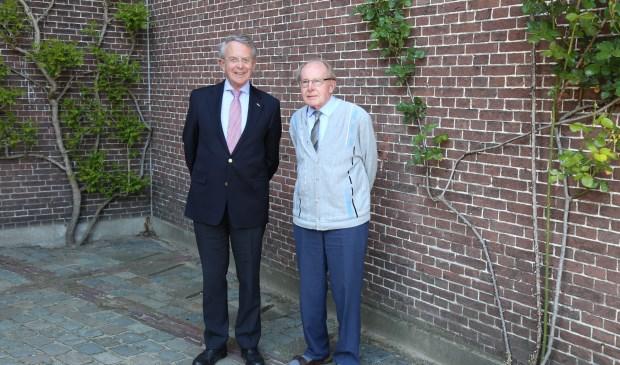 Voorzitter van Stichting Beheer Kasteel Stapelen, Jan van Homelen (l.) en pater overste Jan Zuiker, voor het door hen zo geliefde kasteel.  | Fotonummer: a9863f