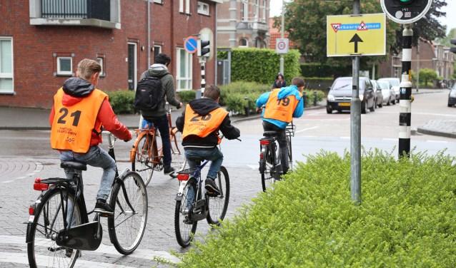 Honderden leerlingen uit groep 7 gaan deze week weer in oranje hesjes door de Boxtelse straten.  | Fotonummer: 1c020e