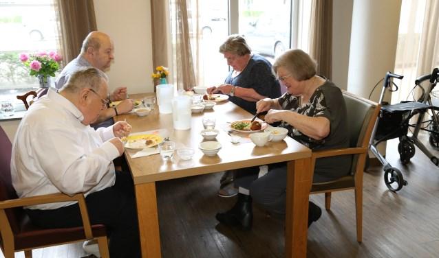 Zo'n 25 senioren maken dagelijks gebruik van het eetpunt.    Fotonummer: 1017d7