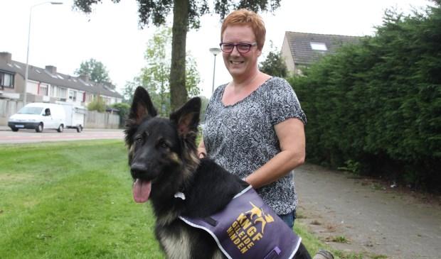 Marja van Hummel met een geleidehond die zij heeft opgeleid.  | Fotonummer: 4dc6e1