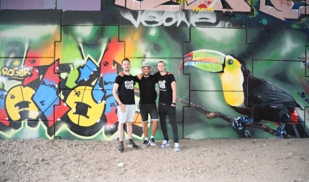 De drie bedenkers van Tunnel Vision, met van links naar rechts Jan Pennings, Mitch Koningstein en Paul Jongsma, voor het monumentje ter nagedachtenis van een overleden vriend van Mitch.  | Fotonummer: cc0823