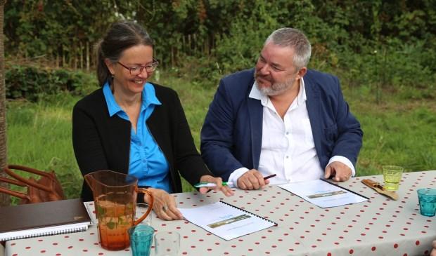 Patricia van Rooij (l.) van Kleine Aarde Netwerk en Rick Spooren van Erbij Dagbesteding ondertekenen de intentieverklaring.   | Fotonummer: c5bb6f