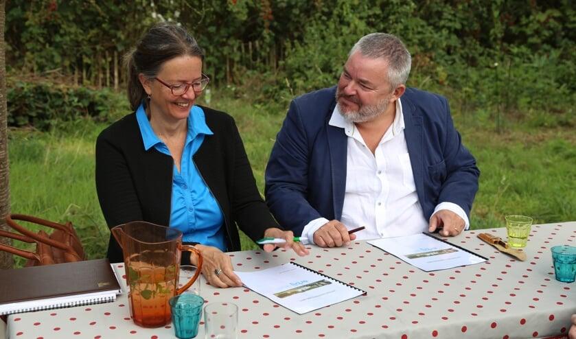 Patricia van Rooij (l.) van Kleine Aarde Netwerk en Rick Spooren van Erbij Dagbesteding ondertekenen de intentieverklaring.     Fotonummer: c5bb6f