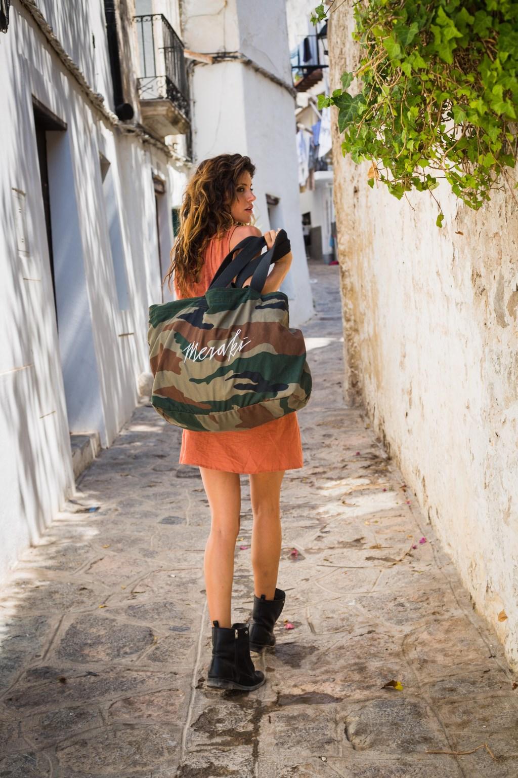 Model Soraya Cruz met een stoere 'Meraki' tas. (Foto: Carola Doornbos) Foto: Carola Doornbos © MooiBoxtel