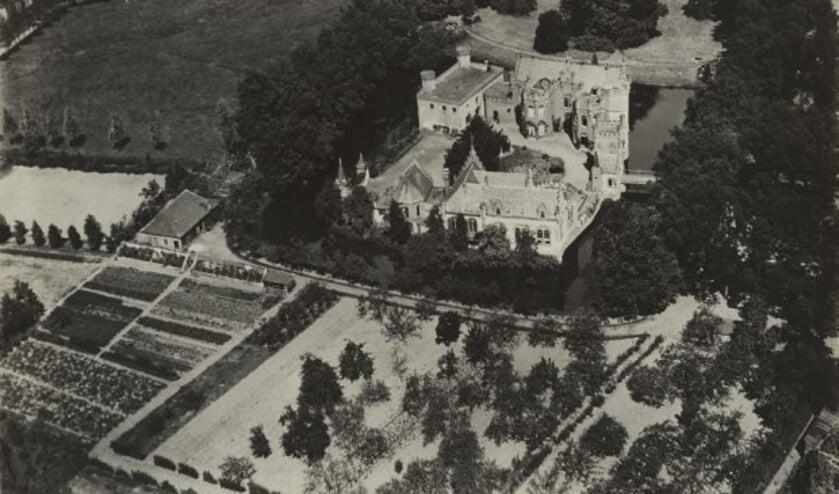 Een historische luchtfoto van Kasteel Stapelen, gedateerd tussen 1920 en 1940.   | Fotonummer: 093298