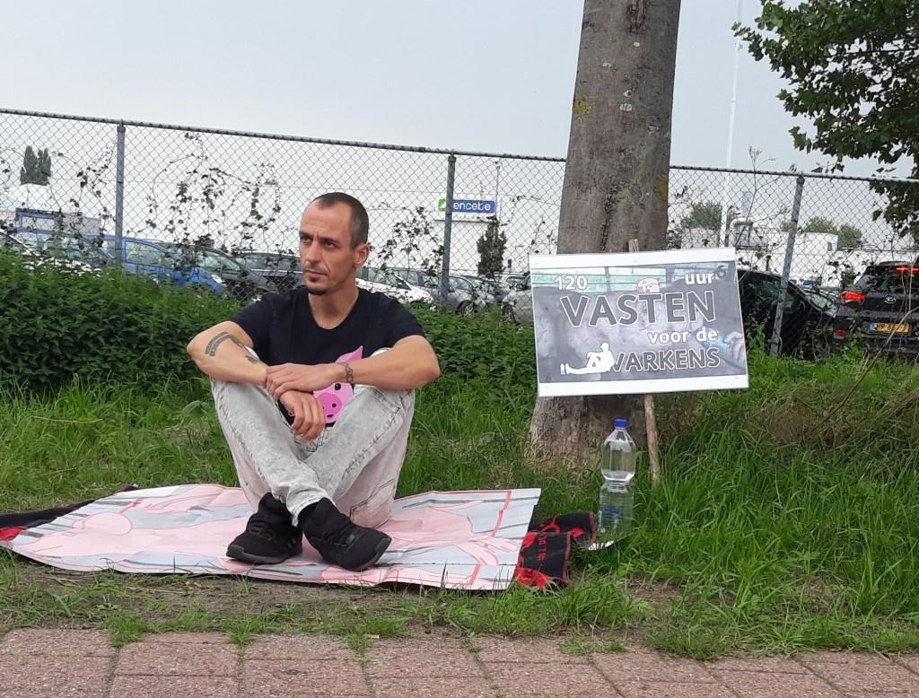 Remko Erhardt demonstreert op een varkenskleed voor de Vion.     Fotonummer: 4f703d