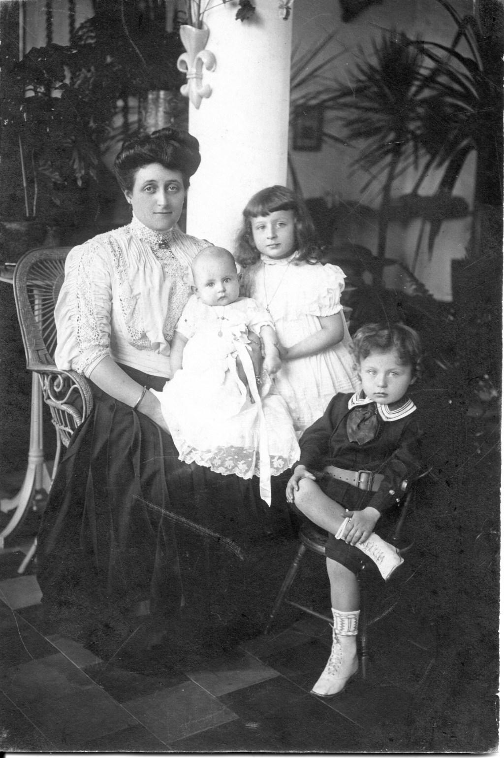 Mevr. Marie-Eugénie de Locht-Mahie (1881-1965), met haar drie kinderen: Jeanne, Marius en Charles (1908) Foto: Heemkunde Boxtel © MooiBoxtel