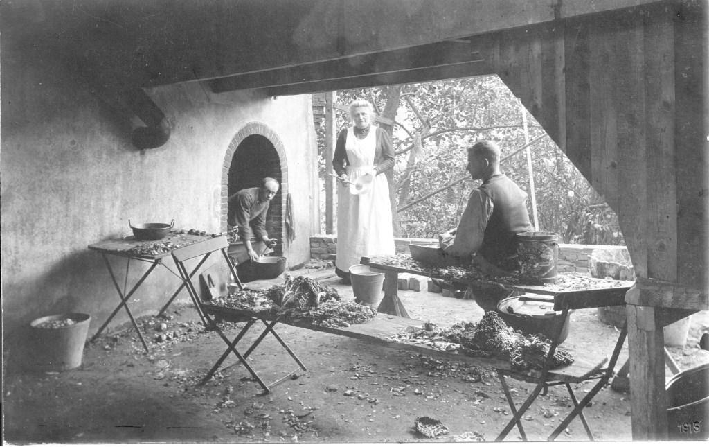 Op deze foto uit 1915, ten tijde dat de paters het kateel betrokken: In het midden mevr. Marie-Louise Mahie-de Ceva (1857-1922), weduwe van dhr. Gerardus Mahie, onder de loopbrug tussen de slotkapel en ridderzaal. Foto: Heemkunde Boxtel © MooiBoxtel