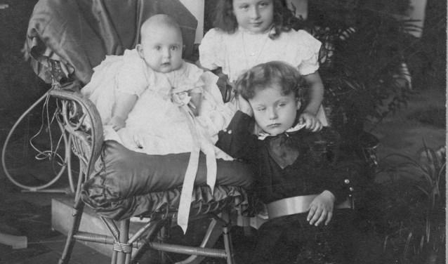 De drie kinderen van Marie-Eugénie de Locht-Mahie uit haar huwelijk met Louis de Locht: staande Jeanne (geb. 1904) en vóór haar Marius (geb. 1906), en zittend in stoel Charles (geb. 1908). Foto: Heemkunde Boxtel © MooiBoxtel