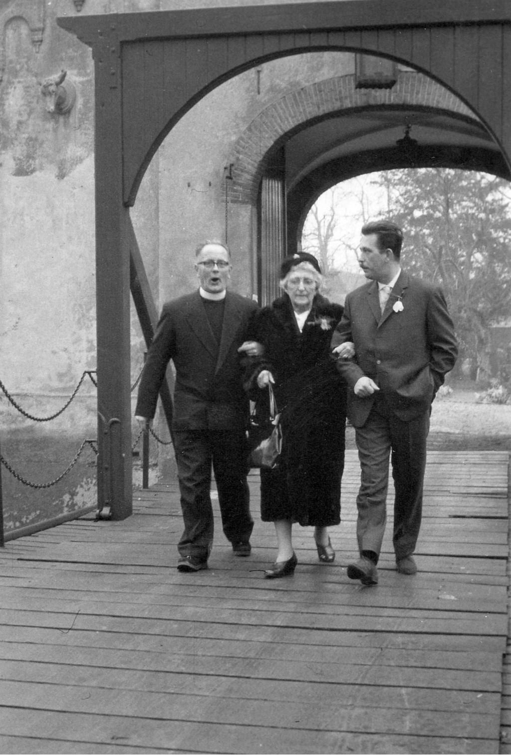 Laatste bezoek van mevr. Marie-Eugénie de Locht-Mahie met kleinzoon aan het Kasteel. Br. Bernard Lindeman praat hen de brug over. Foto: Heemkunde Boxtel © MooiBoxtel