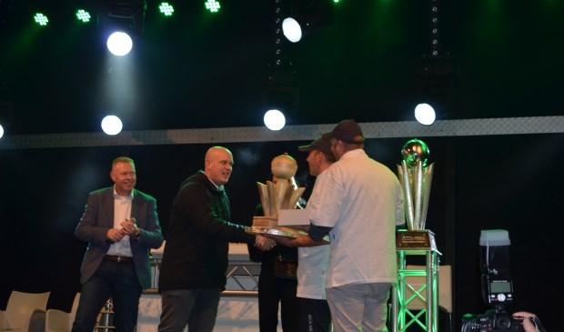 Michael van Gerwen, met de felbegeerde Sid Waddell trofee in Vlijmen.  | Fotonummer: 5bc335