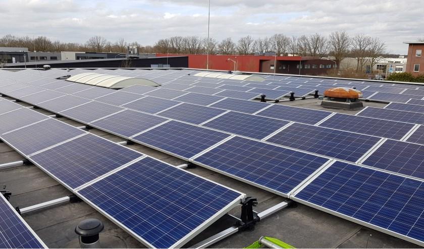 De gemeente gaf zelf met de zonnepanelen op het dak van de gemeentewerf het goede voorbeeld.     Fotonummer: c6dcd7
