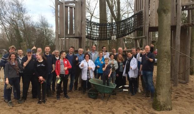 Natuurspeeltuin Gestel draait op vrijwilligers. Tijdens NL Doet en andere klusdagen zorgen zij dat de speeltuin mooi en veilig blijft.  | Fotonummer: 5274b9