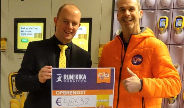 Filiaalmanager Oskar Martens van Jumbo Boxtel (l.) overhandigt een cheque ter waarde van bijna 500 euro aan Patrick van den Aker.  | Fotonummer: 86caca
