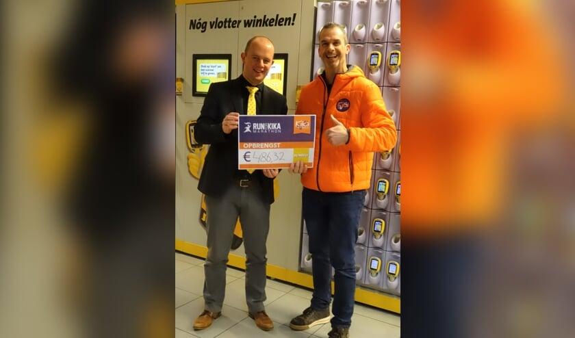 Filiaalmanager Oskar Martens van Jumbo Boxtel (l.) overhandigt een cheque ter waarde van bijna 500 euro aan Patrick van den Aker.     Fotonummer: 86caca