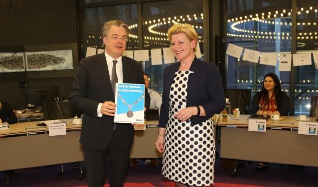 Voorzitter van de vertrouwenscommissie Mariëlle van Alphen biedt de profielschets aan aan de Commissaris van de Koning Wim van de Donk.    Fotonummer: b90301