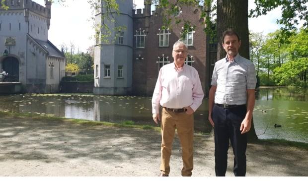 Mede-eigenaar Cor van Empel (l.) en wethouder Peter van de Wiel (r.) in het kasteelpark.   | Fotonummer: 3bca88