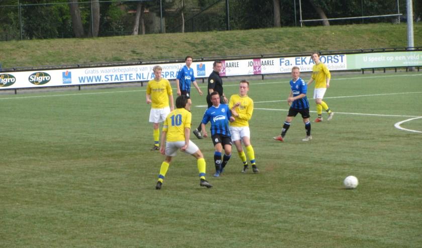 SCG'18 speler Luuk van Loon wordt omringd door een overmacht aan Taxandria-spelers.   | Fotonummer: 51ff92