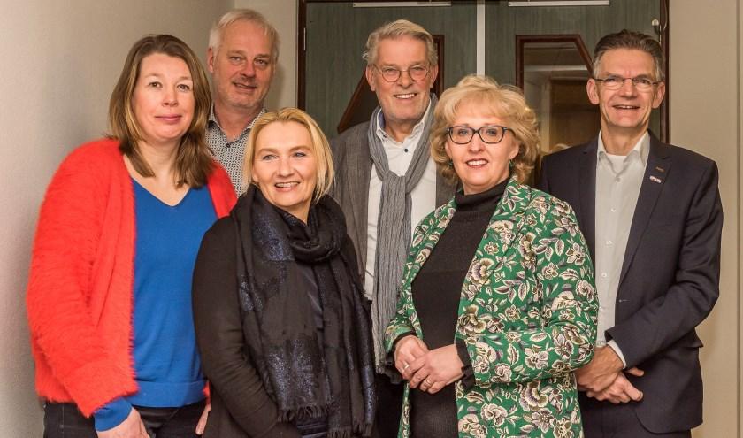Bestuursleden Meander van links naar rechts: Anna Zwezerijnen, Ton Boer, Claudia Bestman, Rien Schakenraad, Lianne van der Aa (wethouder) en Jack van Uden.      Fotonummer: ea4eed