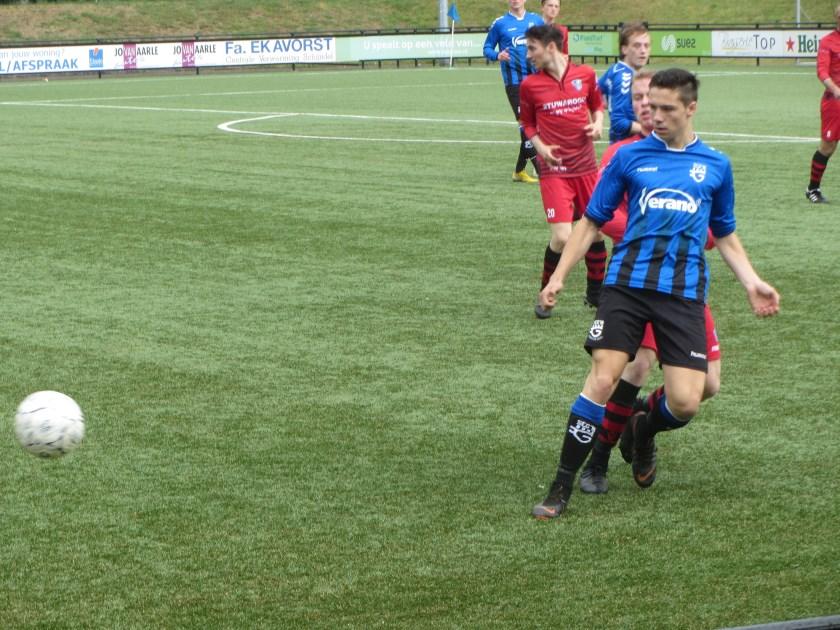 Doelpuntenmaker Arthur Bot ontwijkt een tackle van een speler van FC Engelen   | Fotonummer: d4546a
