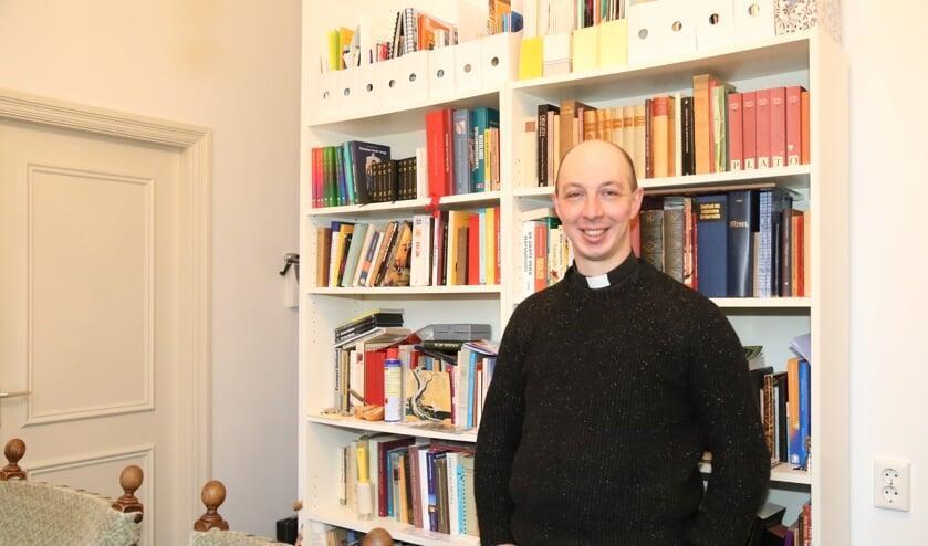 Kapelaan Geoffrey, in de studeerkamer van zijn bescheiden woonruimte in de parochie op Duinendaal in Boxtel.   | Fotonummer: af5e7b