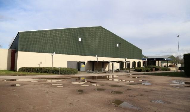 In de plannen van ondernemer Smit wordt de sporthal opgeknapt en worden daarnaast op het terrein woningen gerealiseerd.   | Fotonummer: 6270e3