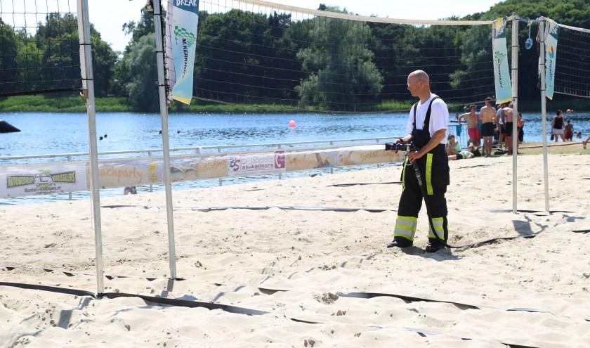 Ook vorig jaar sproeide de brandweer de velden nat. (Foto: Sander van Kasteren)   | Fotonummer: e4dc96