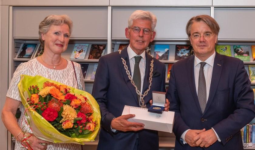 Jan Pommer ontving een commissarispenning van de Commissaris van de Koning, de heer Van de Donk   | Fotonummer: 00d37b