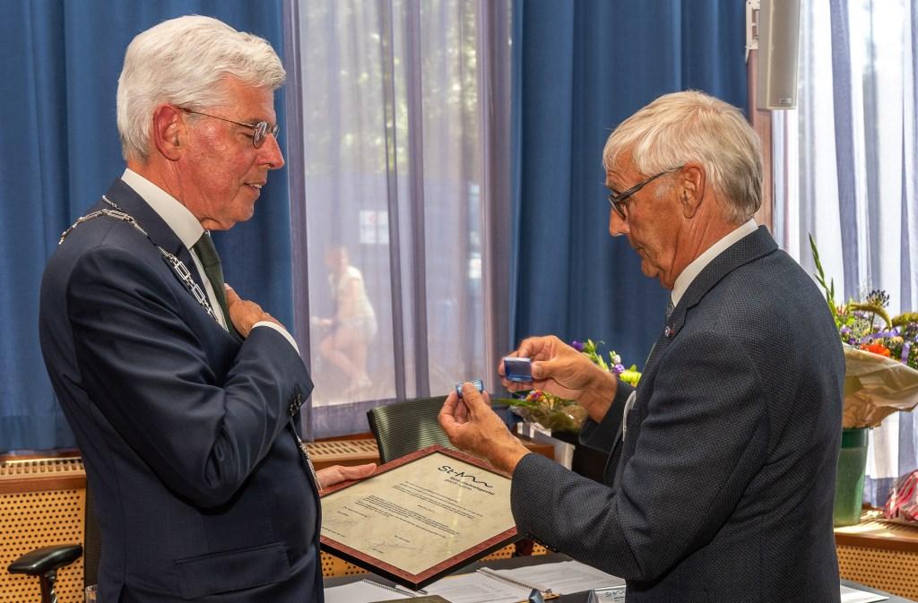 Jan Pommer ontving een commissarispenning van de Commissaris van de Koning, de heer Van de Donk Foto: Gemeente Sint-Michielsgestel © MooiGestel
