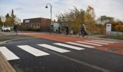 De gemeente heeft extra witte banen bij het zebrapad geschilderd.