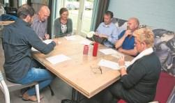 Emile Hirdes, Rob Duijm, Ria van Zetten, Desmond van Santen, Bas Quist en Anja Nagelkerke (v.l.n.r.) praten over een inspiratiecentrum op Tholen.
