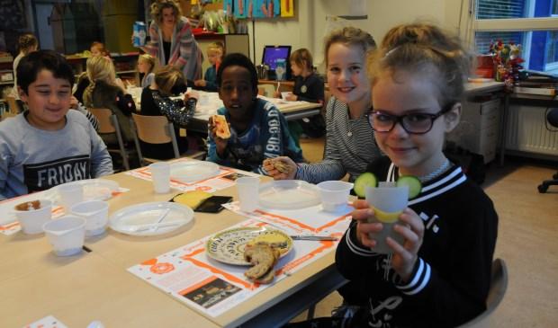 Een leerling van De Schalm versiert haar beker met komkommer en kaas.